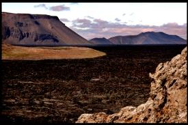 Il cratere Leirhnjukur è un esteso e minaccioso bacino incrostato di zolfo! E' un posto estremamente insolito, un vero paesaggio lunare! La colata di lava fuoriuscita dal vulcano nel 1984, in certi punti è ancora calda e fumante! Un paesaggio dantesco, che regala emozioni uniche! La sensazione è quella che il vulcano possa risvegliarsi da un momento all'altro!!