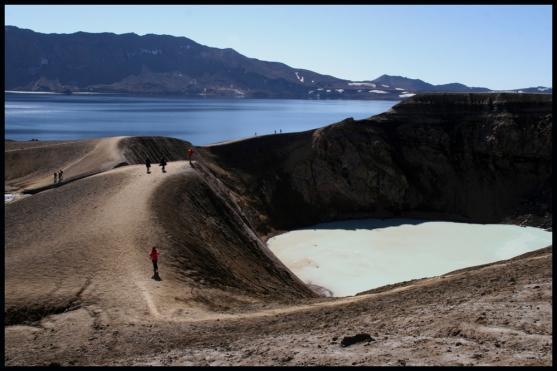 Immaginatevi un'ora di percorso faticosissimo, in un ambiente da incubo, in mezzo alla neve annerita dalla cenere… Il sito si scorge solo all'ultimo momento, il che rende il tragitto ancora più angosciante e imprevedibile. E' solo dopo una collinetta, quando meno te lo aspetti, che allo sguardo si offre un panorama sublime: l'azzurro del Lago di Oskjuvatan che si sovrappone al lattiginoso e sulfureo Cratere Viti (in italiano Viti significa Inferno). Sulla sinistra la terza caldera di questo vulcano!