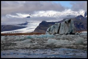 E' il più grande e più conosciuto lago di origine glaciale dell'Islanda. E'situato a sud del ghiacciaio Vatnajokull, appare per la prima volta nel 1935, a causa dello scioglimento accelerato dei ghiacciai islandesi. Possiede una profondità di 200 m e presenta una superficie di 18 km quadrati. Il paesaggio è artico, con iceberg dai riflessi neri e blu.