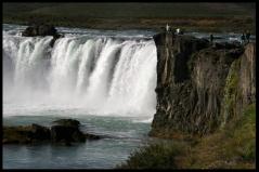 Secondo la leggenda, nell'anno 1000, quando il Parlamento proclamò il Cristianesimo come religione ufficiale dell'Islanda, le statue delle antiche divinità nordiche (god) furono gettate in questa cascata (foss) da cui il nome.