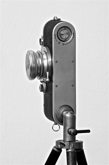 foto 4: in evidenza il fondello e la parte inferiore dell' obiettivo con la leva che comanda sia il telemetro che la messa a fuoco