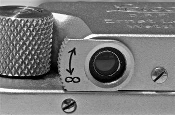 foto 9: leva per la messa a fuoco del telemetro. Per facilità di utilizzo,il telemetro è stato dotato di                un  sistema a cannocchiale che consente un ingrandimento di 1,5 volte, la cui messa a fuoco                 è regolata dalla rotazione della leva che andrà posizionata  orizzontalmente per  grandi              distanze, verticalmente per distanze vicine al metro e inclinata  in posizione              intermedia per distanze da 1,5 a 5 mt.